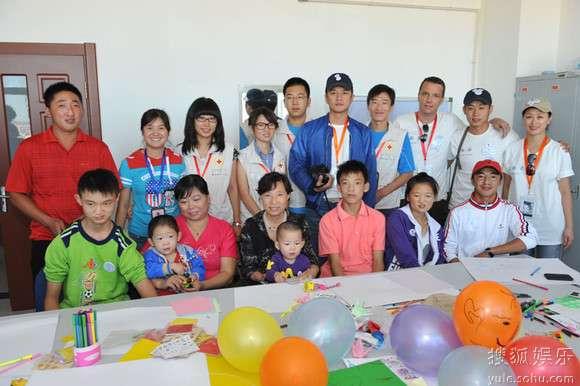 志愿者和孩子们