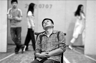 主演王斑(前)在《北京人》联排中饰演大少爷。本报记者吴平摄