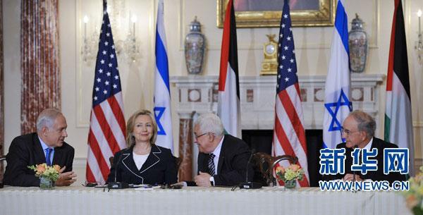 9月2日,在位于首都华盛顿的美国国务院,(从左到右)以色列总理内塔尼亚胡、美国国务卿希拉里・克林顿、巴勒斯坦民族权力机构主席阿巴斯以及美国中东特使米切尔出席巴以直接会谈启动仪式。新华社记者 张军 摄