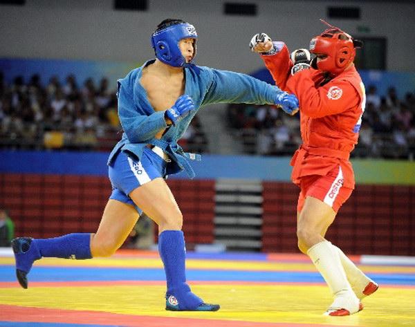 奥莫科夫耶夫出拳进攻