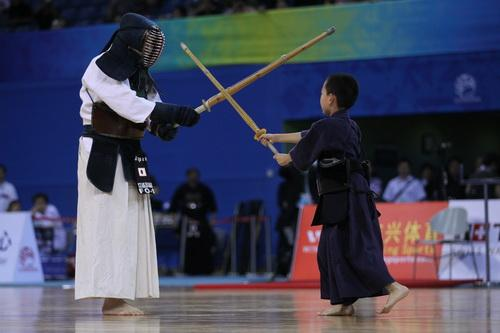 图文:武搏会剑道小剑士 老少对抗