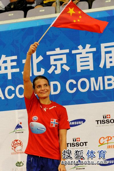 领奖台挥舞中国国旗