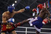 图文:俄选手搏击低踢81KG级夺冠 闪避对手进攻