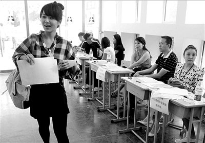北京电影学院新生报到 明星学生杨紫低调现身图片