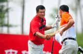 图文:精彩在沃配对赛决赛 孔维海与业余球员握手