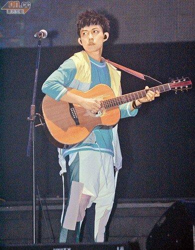 林宥嘉以木吉他自弹自唱揭开个唱序幕