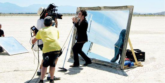 2010 年7 月30 日,新一届《美国偶像》选秀冠军克里斯・艾伦在加州沙漠里为首张个人专辑拍摄MV。