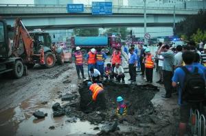 昨日,西直门外南街,榆树馆桥下东侧,工人正在抢修。本报记者 王嘉宁 摄