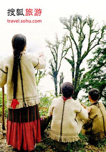 夏尔巴人穿羊毛织成的白色短袖外套