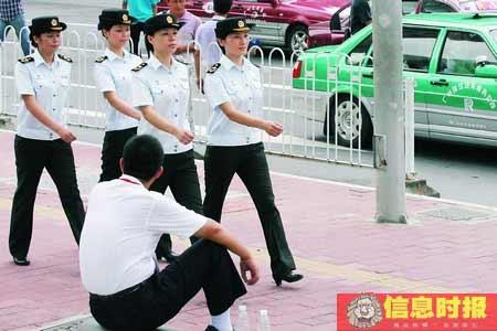 时政01-城管女子特勤队在火车东站广场上步行巡查。黄立科 摄