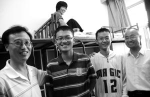 两对父子合影 记者 郑涛