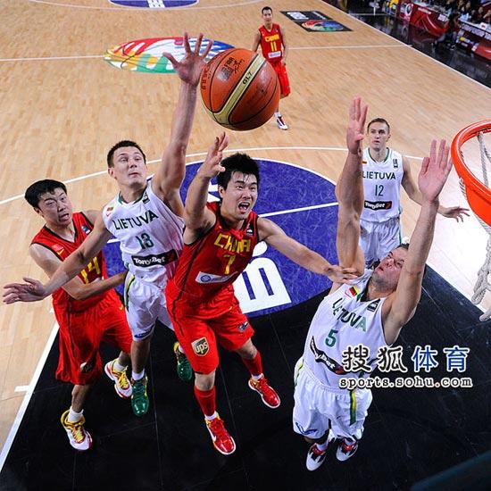 图文:[男篮世锦赛]中国负俄罗斯 王仕鹏上篮