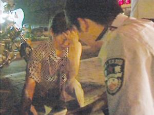 民警在劝慰轻生女。