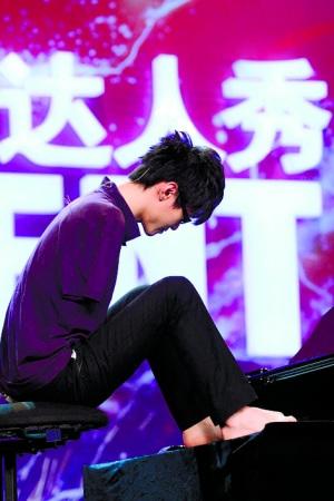 """刘伟在""""中国达人秀""""现场弹钢琴。资料图片"""