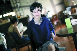 """2010年9月4日,""""无臂钢琴师""""刘伟接受本报记者采访。本报记者 郭铁流 摄"""