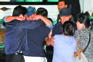 """9月7日,被释放的韩国""""大承""""号渔船船员(左二、左四)在抵达束草港后与家人抱头痛哭。新华社/路透"""