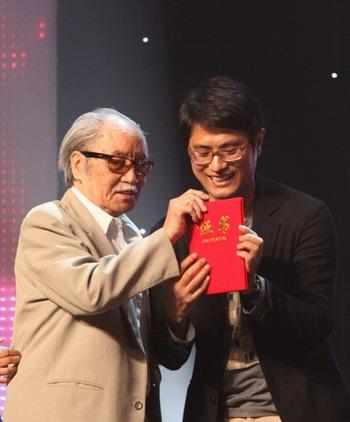 老艺术家葛存壮为《花木兰》颁奖