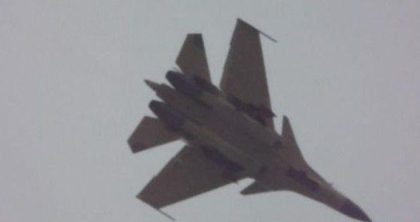 """网络上流传的被称为""""歼-15试飞视频""""的截图。"""