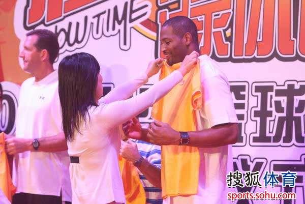 经验的美国传奇篮球明星教练团出现在北京大学,应邀来到由统一企