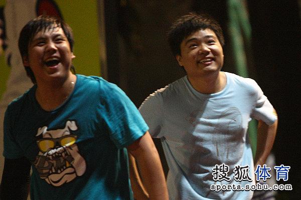 图文:丁俊晖业余时间打篮球 丁俊晖笑得开心