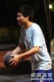 图文:丁俊晖业余时间打篮球 丁俊晖运球