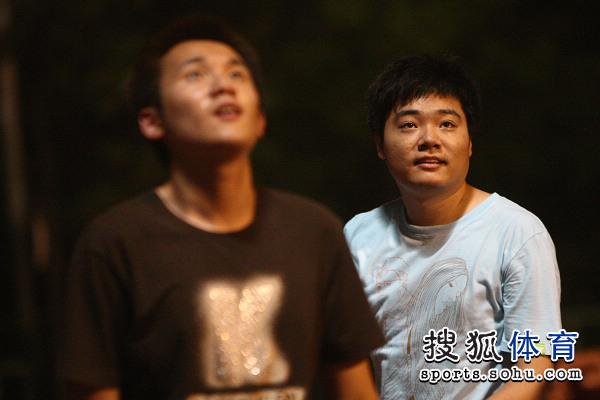 图文:丁俊晖业余时间打篮球 丁俊晖面带微笑