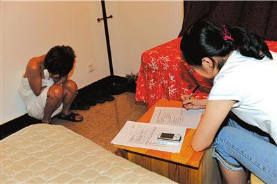 民警对卖淫人员进行讯问。