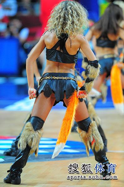 图文:[男篮世锦赛]拉拉队表演 狐狸舞