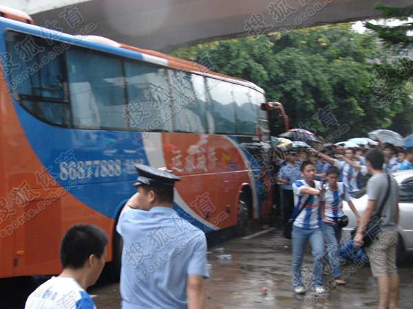 深圳球迷冒雨围堵青岛中能大巴