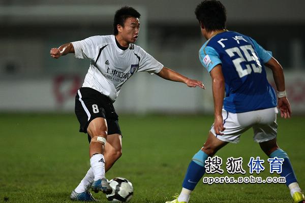 图文:[中甲]八喜1-2恒大 杜鑫突破郜林