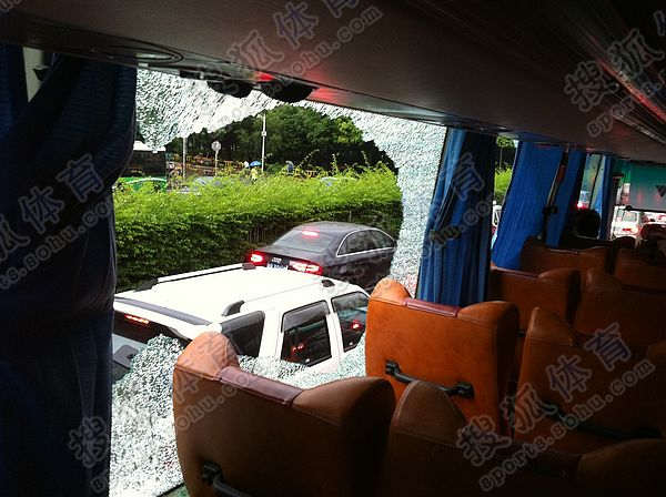 青岛大巴窗户被砸碎