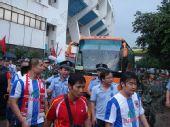 图文:[中超]深圳球迷袭击客队 警察驱散球迷
