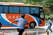 深圳输球球迷怒砸青岛大巴 警察飞奔抓住闹事者
