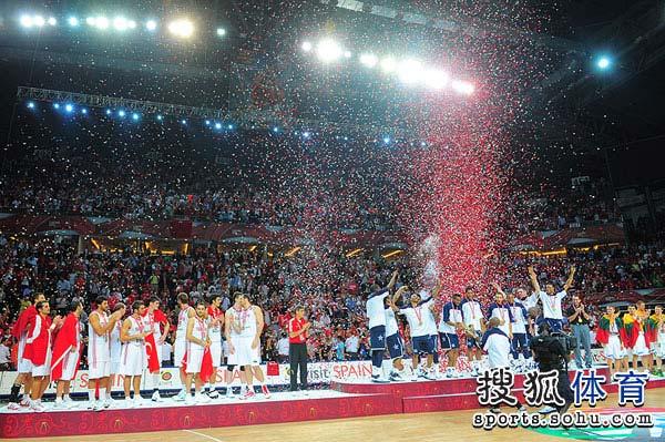 图文:[男篮世锦赛]颁奖仪式 彩带喷出