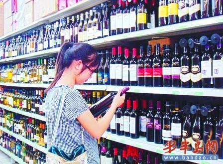 市场上琳琅满目的葡萄酒。