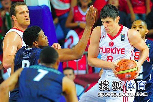 图文:男篮世锦赛精选 保护篮球