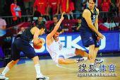 图文:男篮世锦赛精选 摔倒