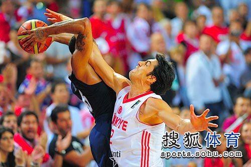 图文:男篮世锦赛精选 犯规
