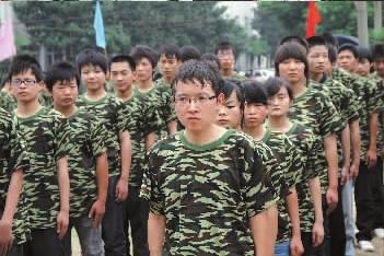 新生军训第一天.在军训队列中,戴眼镜、小个子学生郑浩显得高清图片
