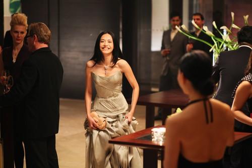 电影《爱出色》中姚晨身着Versace礼裙