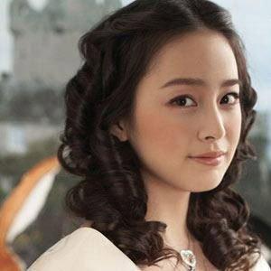 韩式中分短卷发,要点是把额头两侧都露出来图片