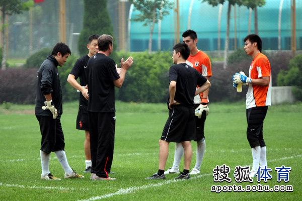 图文:[中超]鲁能备战深圳 外籍教练开会