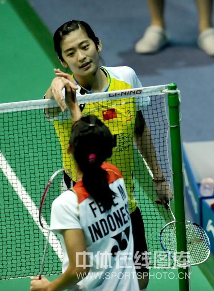 受伤也不忘握手; 图文-王琳受伤退出羽毛球大师赛受伤也不忘握手