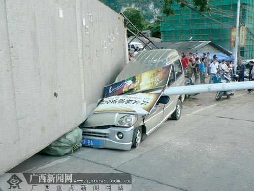 肇事的重型半挂货车的尾部压着一辆面包车的车头。陆剑锋摄