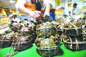 今天,阳澄湖大闸蟹在北京上市。阎彤摄