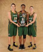 图文:风暴队夺WNBA总冠军 手拿奖杯
