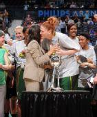图文:风暴队夺WNBA总冠军 杰克逊接过奖杯