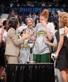 图文:风暴队夺WNBA总冠军 杰克逊流泪
