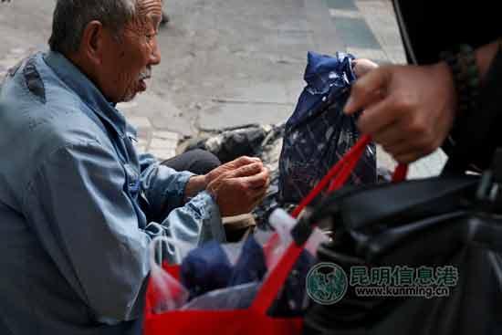 网友为昆明街头的弱势群体送上月饼和中秋祝福。记者朱仁严/摄