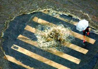 2007年,郑州遭遇暴雨,下水道不堪重负,被冲走窨井盖的井口吞噬了三个人的生命。CFP供图